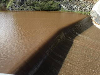 floods-14sep2016-choc-brown-water-over-spillway-p9140507web600x400